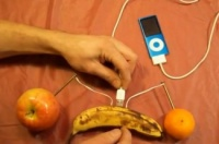 Charge-ipod-with-fruit-325x337